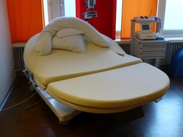 Кровать, которой можно придать любую форму, которая будет комфортна для роженицы