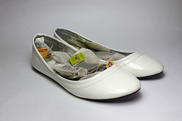 Неприятные запахи в обуви можно уничтожить самыми дешевыми чайными пакетиками
