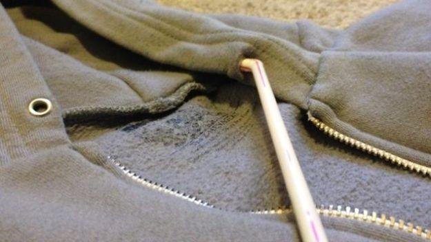 Потеряли шнурок с любимой спортивной кофты Используйте коктейльную трубочку, чтобы вернуть новый шнур на место