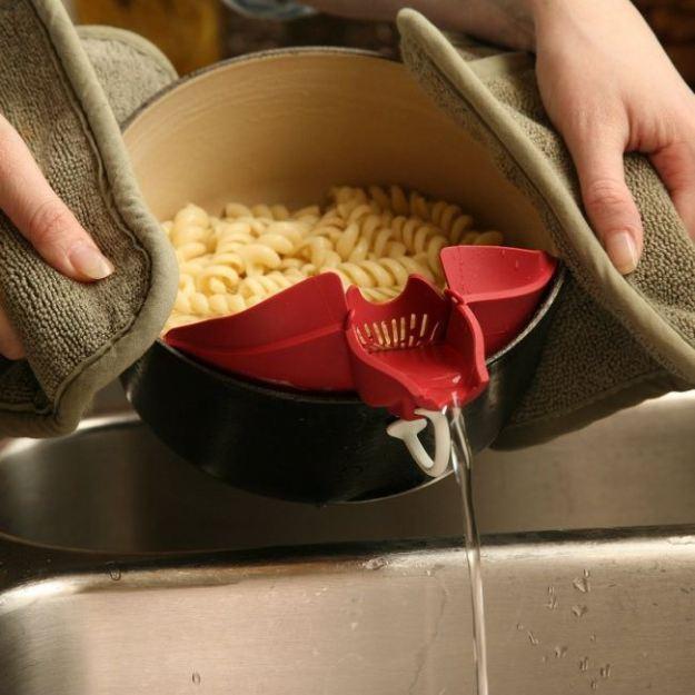 Зажим, с которым удобно сливать воду из кастрюльки