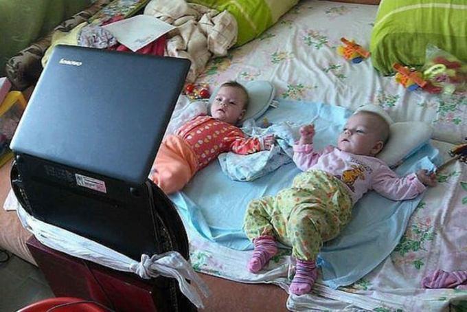 дети смотрят мультик