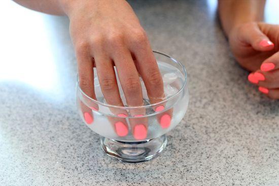Чтобы лак быстрее и лучше высох, просто опустите руку в холодную воду на пару минут