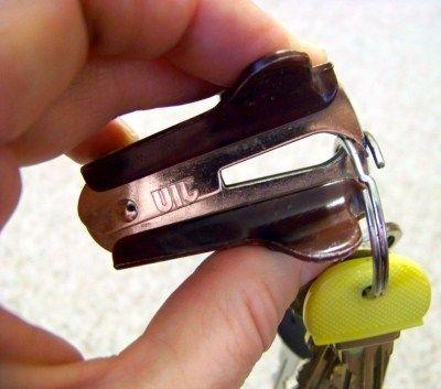 Чтобы надеть ключ на колечко не повредив маникюр, используйте антистеплео