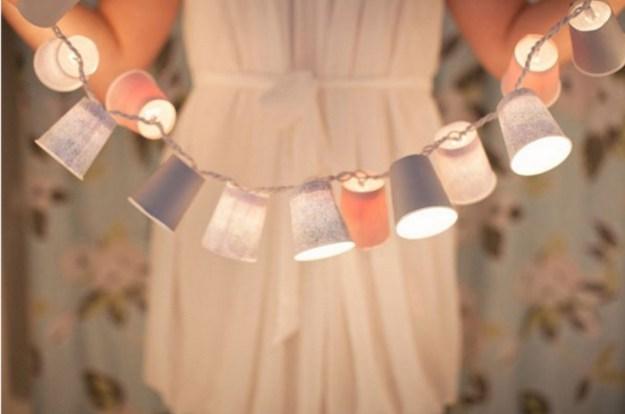Красивые стаканчики пастельных тонов можно надеть на ваши фонарики, создав таким образом совершенно новую гирлянду2