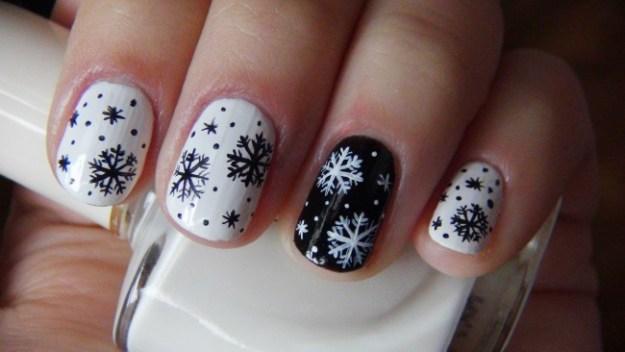 Маникюр со снежинками4
