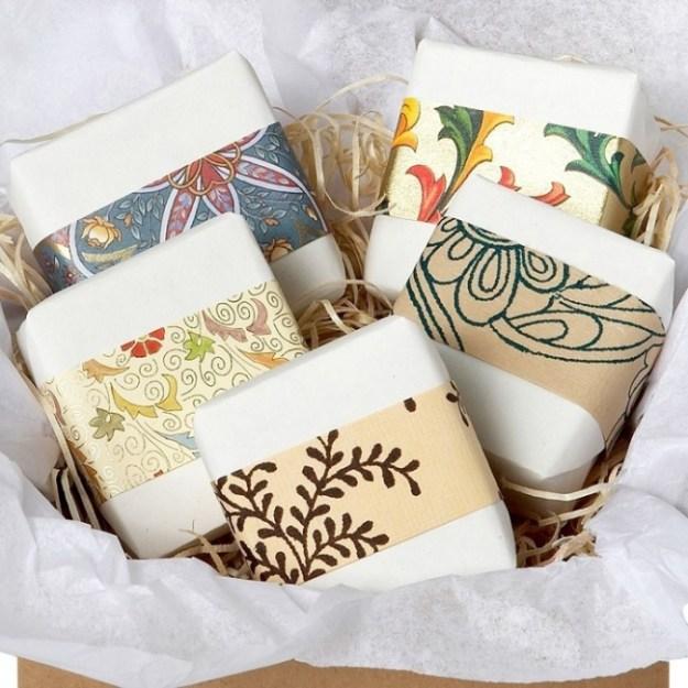Остатки красивых обоев также можно использовать при упаковке подарков