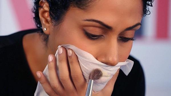 Чтобы помада держалась на губах максимально долго, сверху припудрите губы через бумажную салфетку. Это действительно помогает