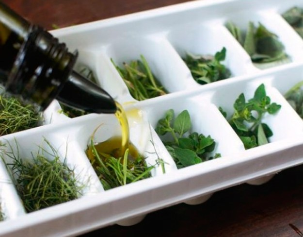 В контейнерах для льда очень удобно замораживать остатки соусов или просто травяные заготовки на салаты