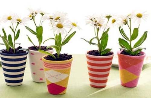 Яркие чехлы на цветочные горшки в детскую