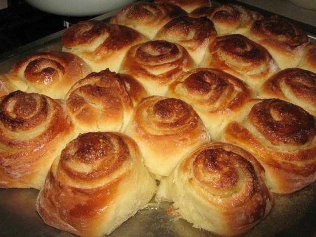 Чтобы пироги и пирожки не подгорали, накрывайте их смоченной в воде бумагой