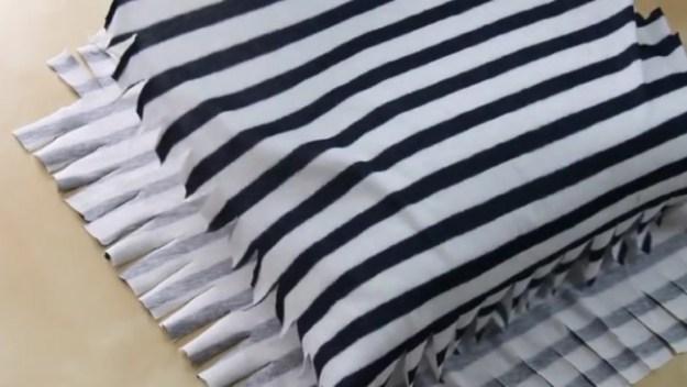 Кладем подушку между получившимися частями наволочки