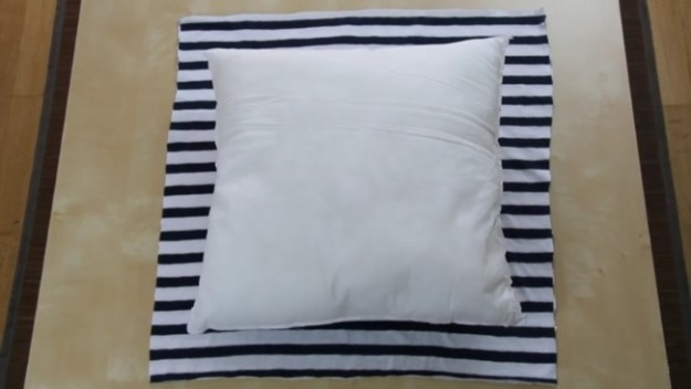 Кладем подушку на футболку, обводим, отмечаем по 8 см от кадой стороны футболки. Вырезаем два таких квадрата