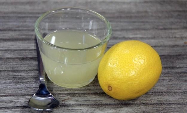 Мало кто знает, но соль можно заменить лимонным соком. Вкус будет интереснее, а сок полезнее соли, ведь он не задерживает воду в организме