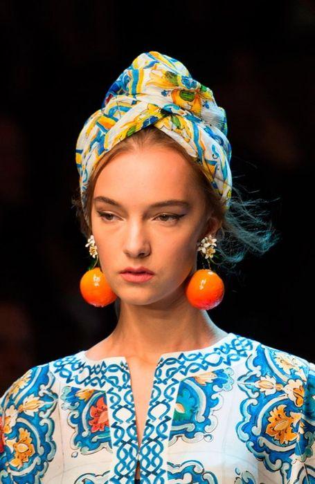 На африканский манер - яркий платок на собранные волосы