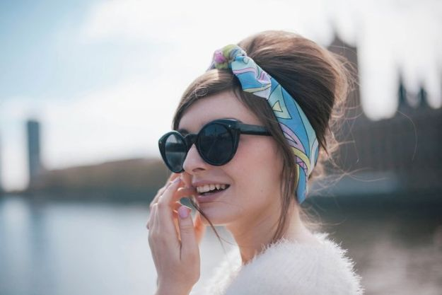 Платок узелком - красиво смотрится на аккуратно или небрежно собраных волосах2