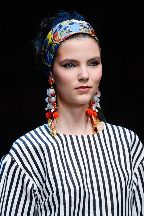 Платок завязанный широкой полосой на волосах связанных в стиле 60-х - универсальный вариант2
