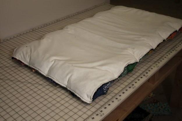 Складываем подкладку и верх коврика лицевыми сторонами друг к другу, прошиваем на машинке, оставляя отверстие для того, чтобы вывернуть коврик2