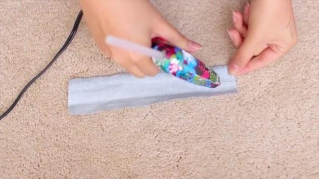 Вырезаем небольшую полоску ткани, складываем вдвое и тоже склеиваем