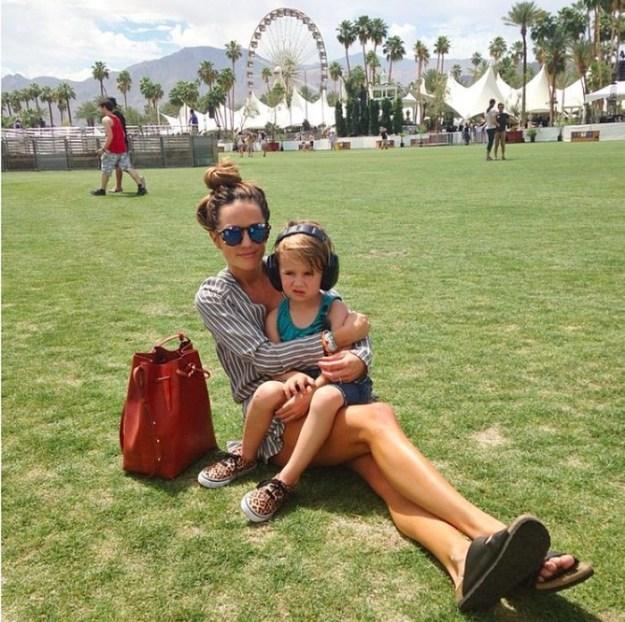...весело провидит время с ребенком в парке аттракционов