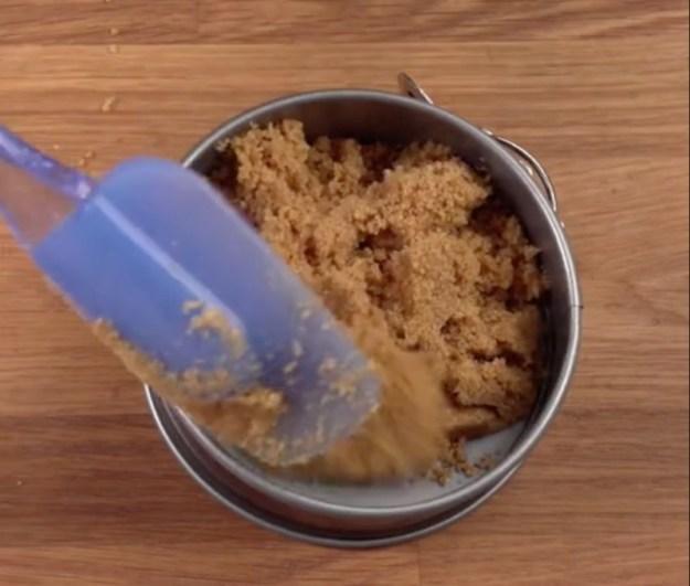 3Из печенья с маслом формируем корж в формочке.