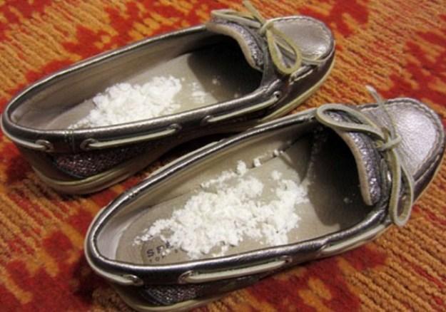 Чтобы убрать неприятные запахи из обуви, насыпьте присыпку в любмую пару, затем оставьте ее на ночь на проветриваемом месте. Также это поможет вашим ножкам меньше потеть