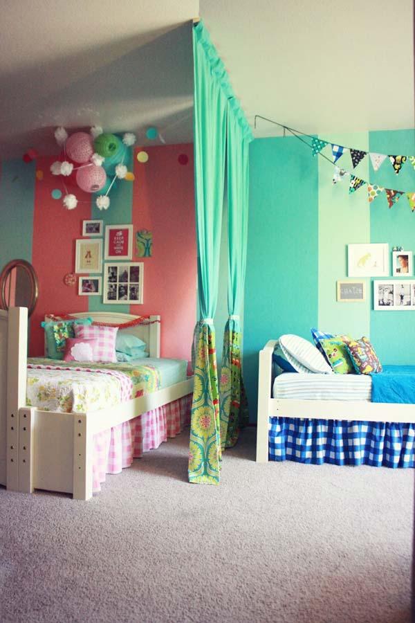 Можно разделить комнату шторочкой и покрасить стены разными цветами