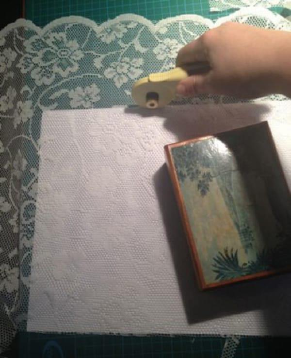 По размеру окна вырезаем кусочки кружева