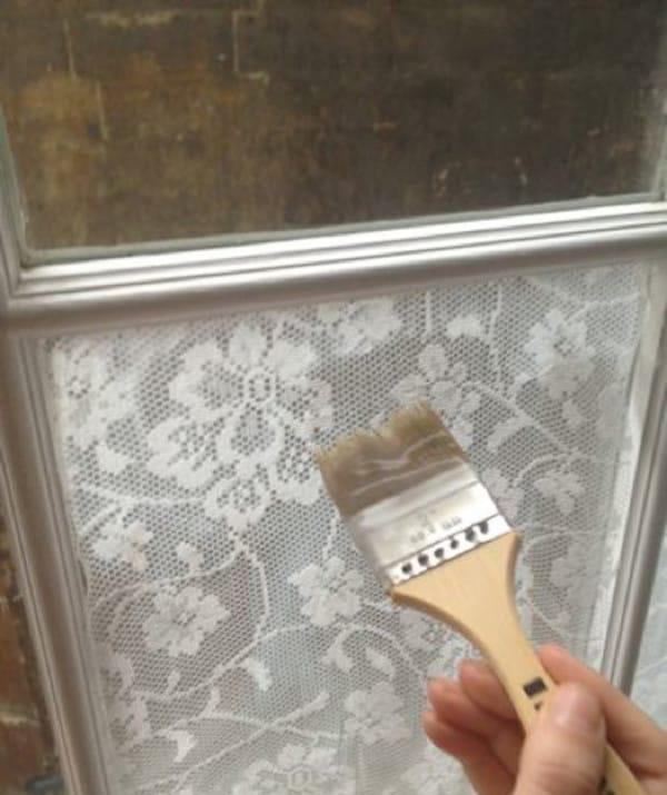 Пока окна еще влажные, наклеиваем кружево, а сверху снова промазываем той же смесью