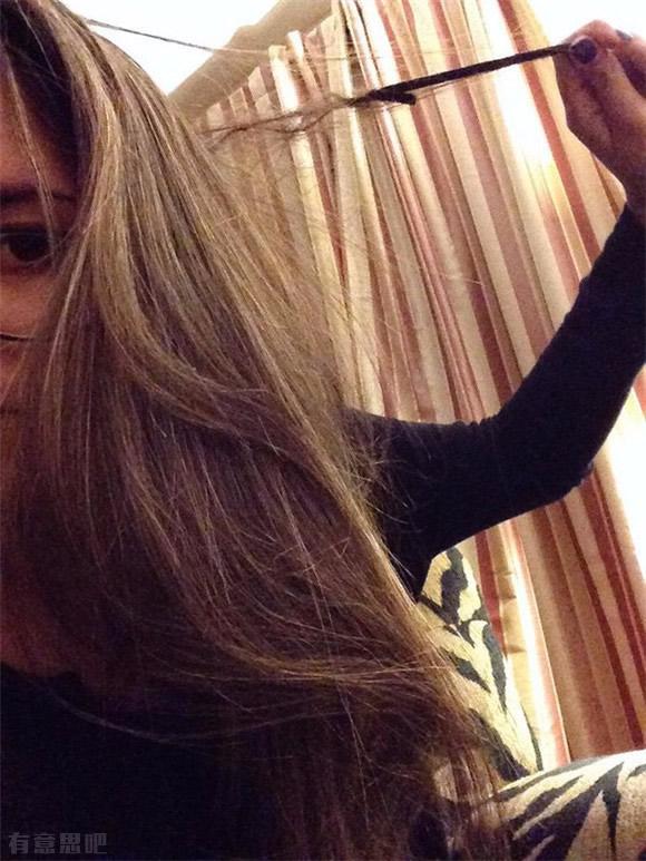 Волосы, которые запутались в тонкой резинке