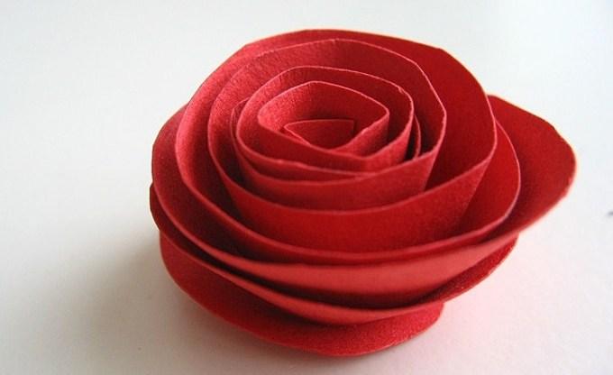 роза из бумаги как
