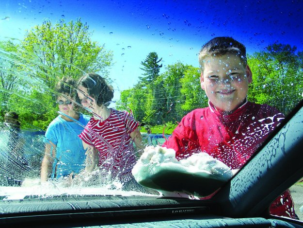 Вместе весело вымыть автомобиль