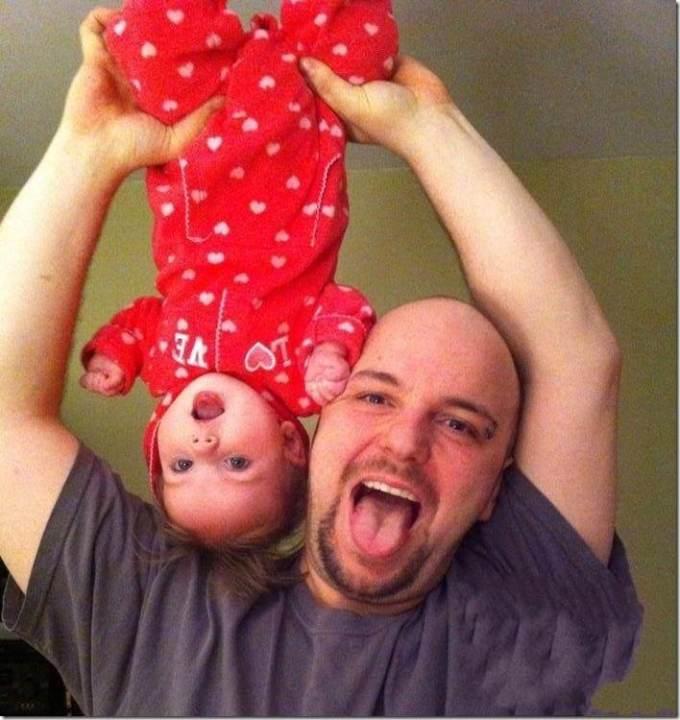 папа дурачится с дочкой