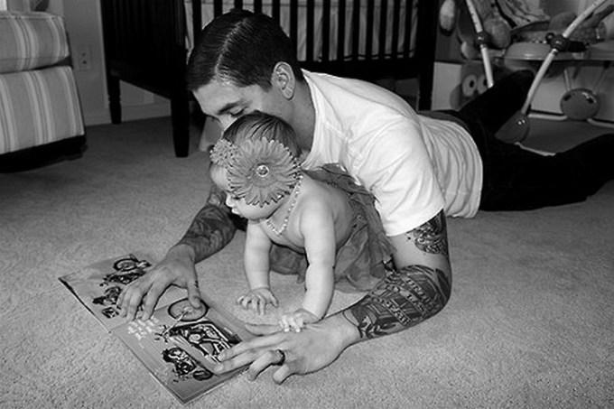 папа с дочерью читают
