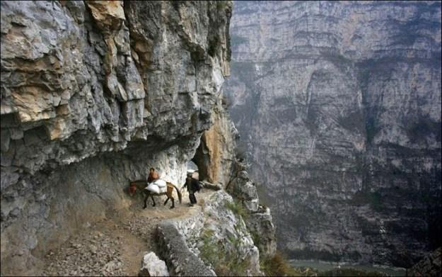 Путь по узкой тропе в горах Китая, который занимает у детей 5 часов2