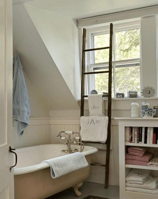 Старую лестницу можно использовать как сушилку для полотенец. Особенно актуальна эта идея для дачи