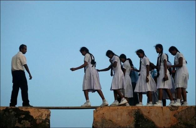 В Шри-Ланке девочки ходят в школу по стене Форта Галле 16-го века