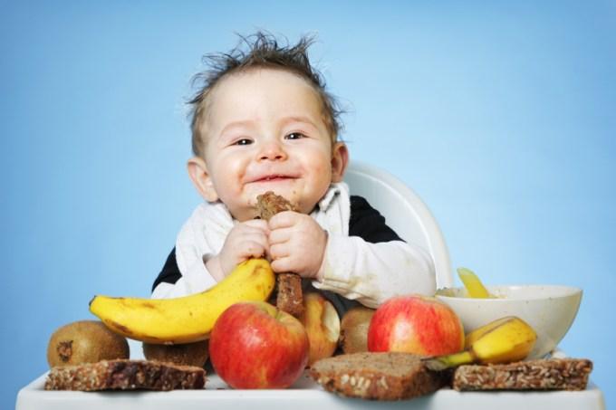 если ребенок играет с едой