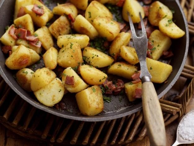 Хрустящая корочка на картошке будет получаться тогда, когда вы будете на сковороде жарить ее в один слой