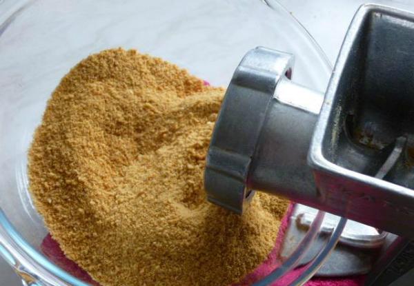 Если перекрутить хлеб в мясорубке или перебить в блендере - получится домашняя панировка