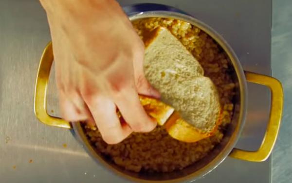 Если у вас пригорел рис, положите на него кусок хлеба, накройте крышкой и оставьте на 15 минут. Горелый запах уйдет