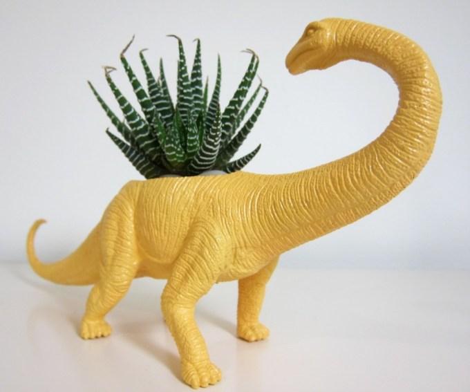 dinozavr-kak-groshok-dlya-tsvetov