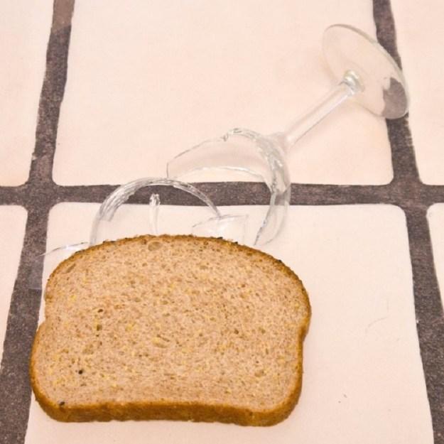 lomtikom-hleba-mozhno-ochen-prosto-sobrat-oskolki-s-pola