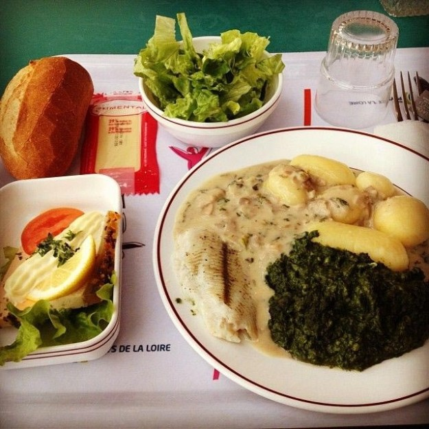 frantsiya-ryba-v-souse-shpinat-kartofel-ovoshhnoj-salat-hleb-i-syl