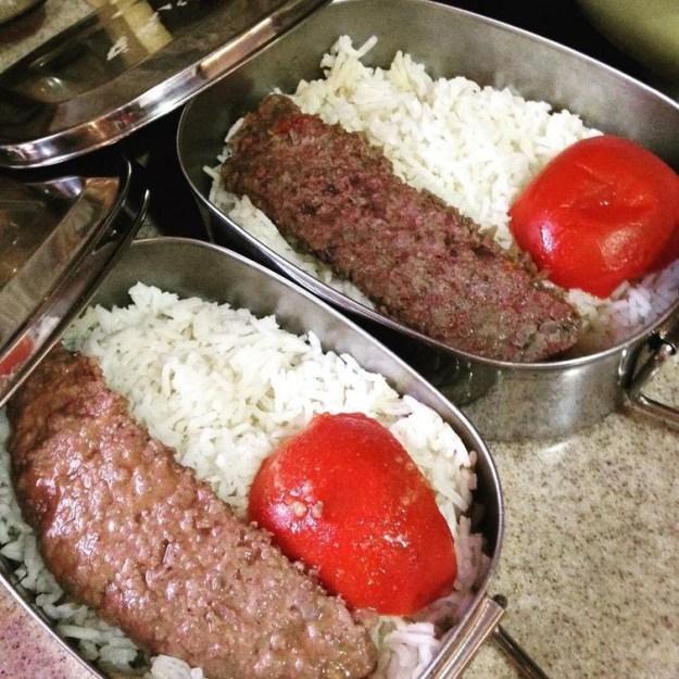v-irane-deti-prinosyat-obedy-s-soboj-chashhe-vsego-eto-ris-s-kebabom-iz-yagnenka-i-ovozi