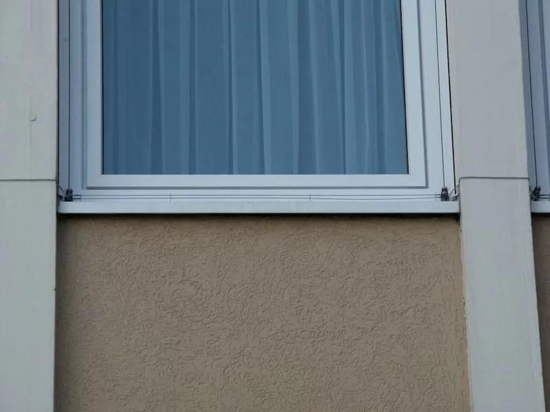 EL Taubenabwehr auf einem Fenstergesims