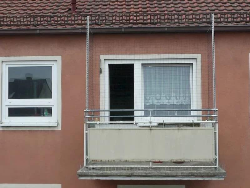 Taubenabwehr wegen einer verschmutzten Wohnung auf dem kompletten Balkon in Würzburg