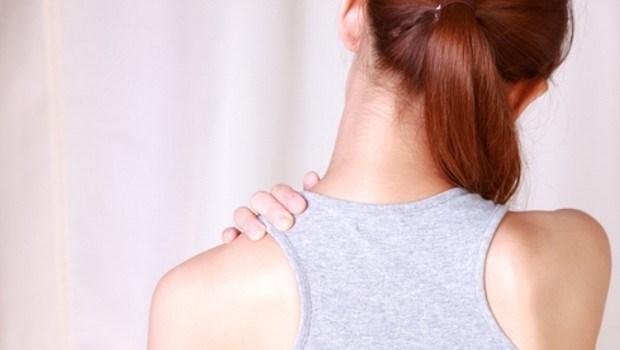 肩酸、手麻、易駝背?一個動作教你矯正,害你看起來虎背熊腰的「肩胛骨歪斜」
