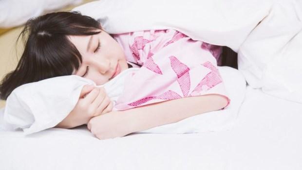 睡不著?日本整復師教你躺在床上「搖一搖」,切換自律神經開關,睏意、哈欠自然來