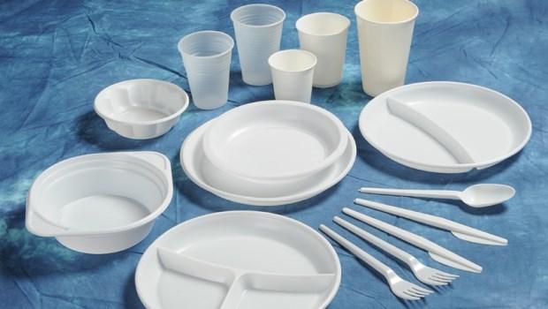 不裝熱湯就沒關係?研究揭密:「塑膠容器」裝冷飲也會溶出化學物質!