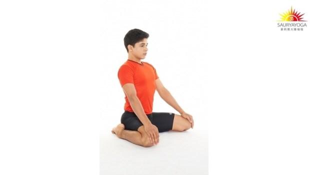 「坐著」就能改善O型腿與X型腿!印度瑜珈冠軍傳授:免開刀,2動作找回好體態